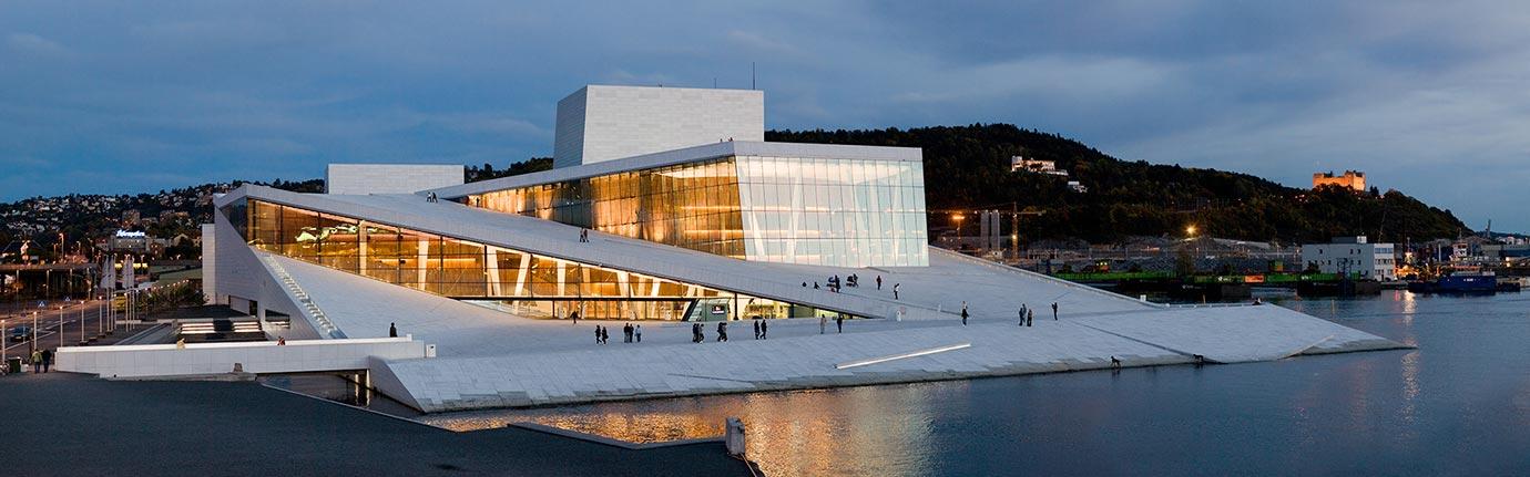 Visão noturna da sede do Opera em Oslo